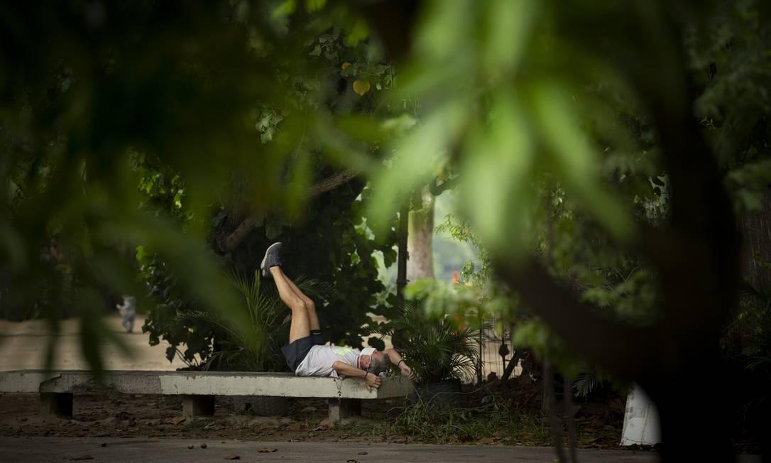 Pessoas fazem atividades físicas na Lagoa. Parques para a prática de esportes sem aglomeração estão liberados Foto: Márcia Foletto / Agência O Globo