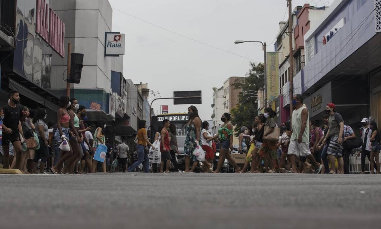 Comércio aberto na Estrada do Portela, em Madureira, Zona Norte, gera aumento da circulação de pessoas nas ruas Foto: Alexandre Cassiano / Agência O Globo