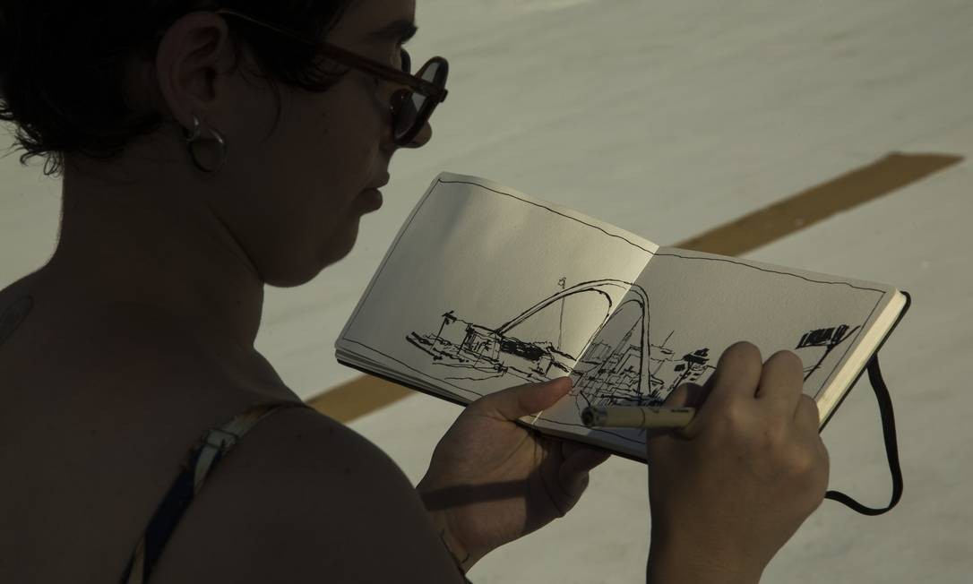 Thais Machado desenhando o Sambódromo durante os preparos para o Carnaval Foto: Guito Moreto