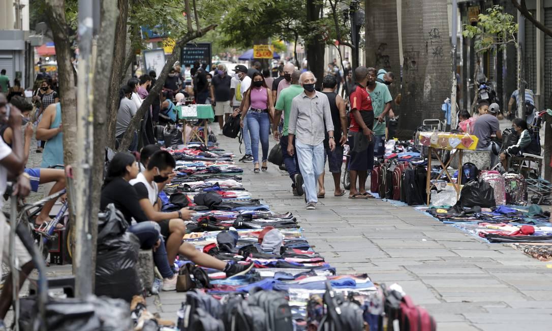Camelôs na rua Uruguaiana, no Centro Foto: Domingos Peixoto / Agência O Globo