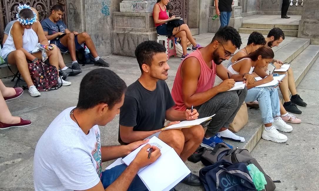 Alunos de desenho participando do encontro teste da USK Rio na Cinelândia Foto: Divulgação/USK Rio