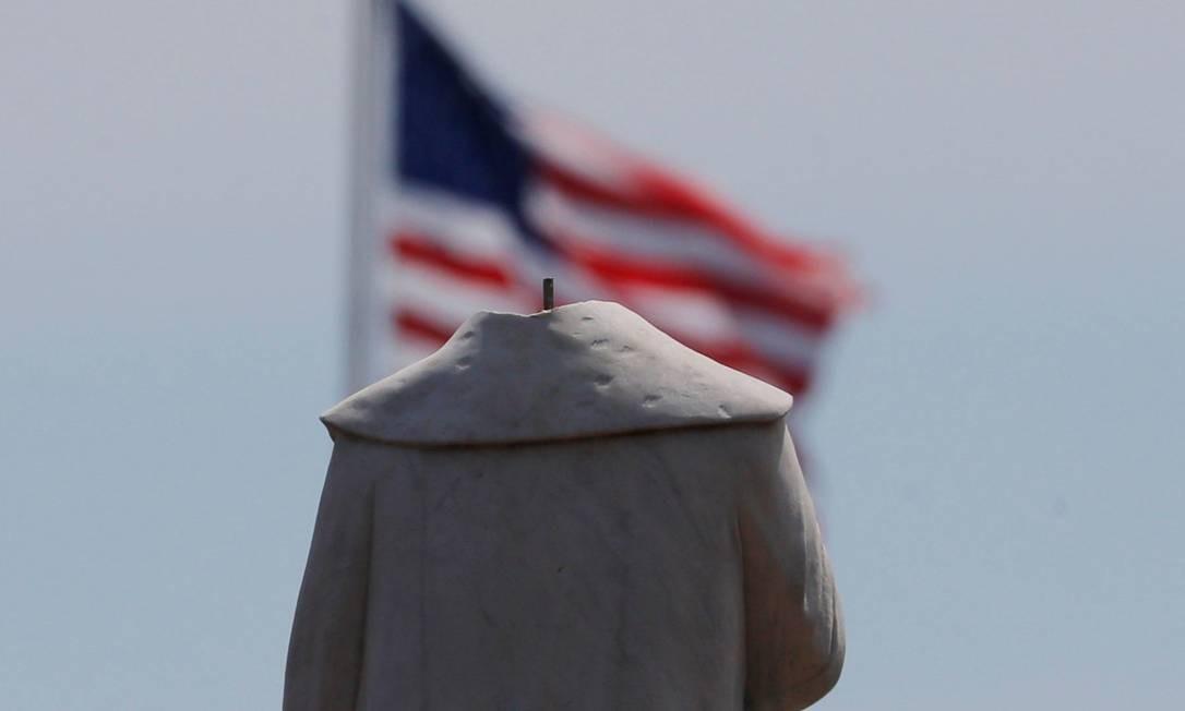 """Em Boston, estátura de Cristovão Colombo foi """"decapitada"""" Foto: Brian Snyder / Reuters"""