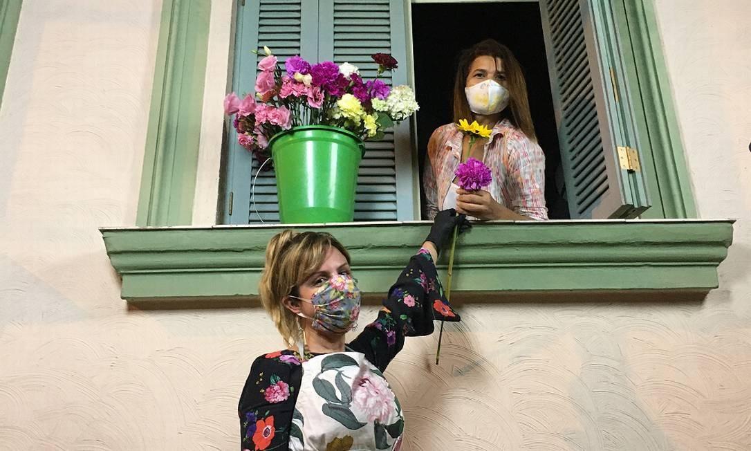 Vida florida.Fabiana Pomposelli entrega flores para a vizinha Maria do Socorro Dantas Pereira Foto: Divulgação/Gian Pomposelli