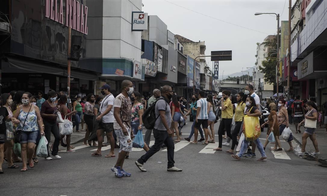 Movimento de pessoas na Estrada do Portela, em Madureira, nesta quarta-feira Foto: Alexandre Cassiano / Agência O Globo