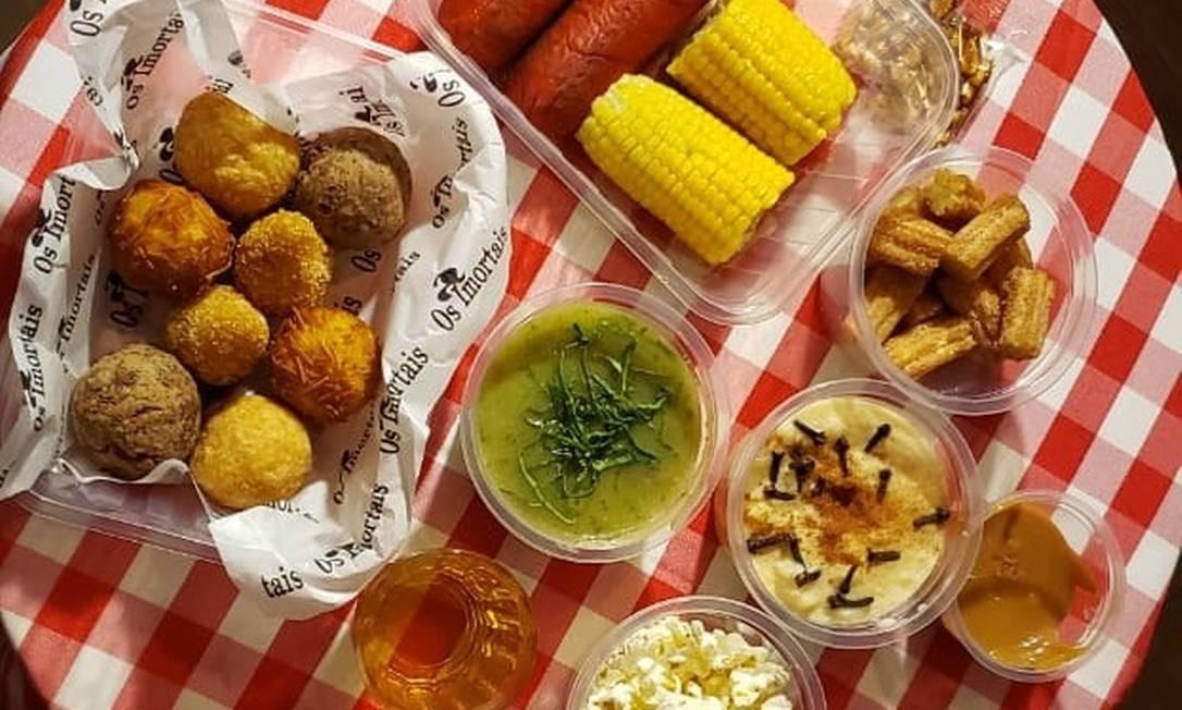 Os Imortais. O kit junino inclui salsichão, caldo verde, milho, bolinhos variados e canjica (3563-8959) Foto: Divulgação