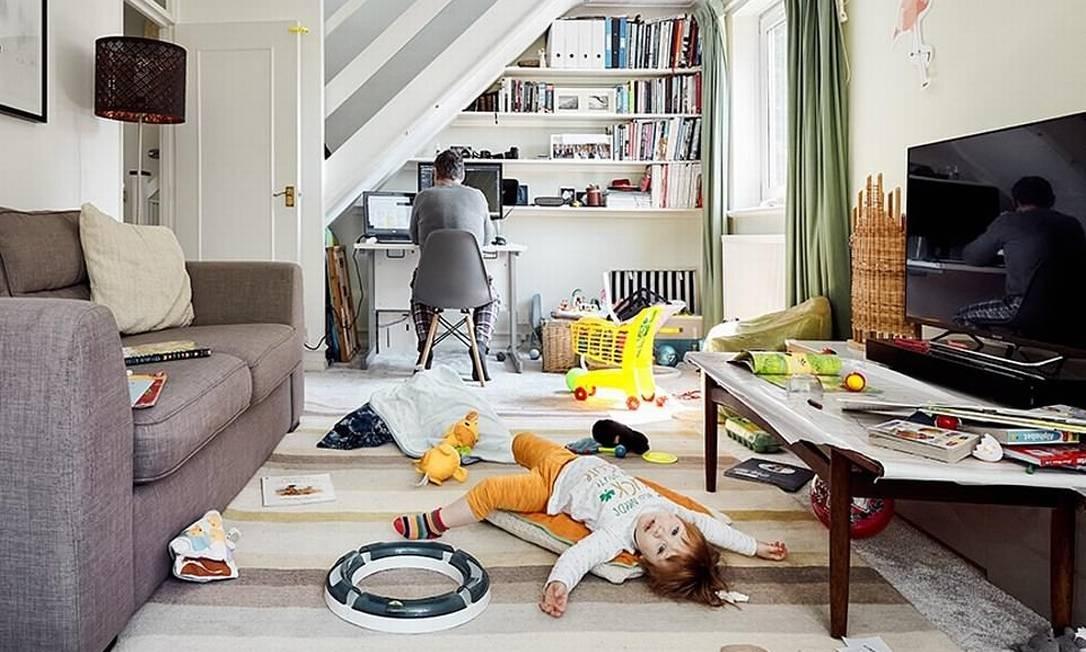 As imagens ilustram temas como o novo normal: home office ao mesmo tempo que os filhos brincam ao redor Foto: Reprodução