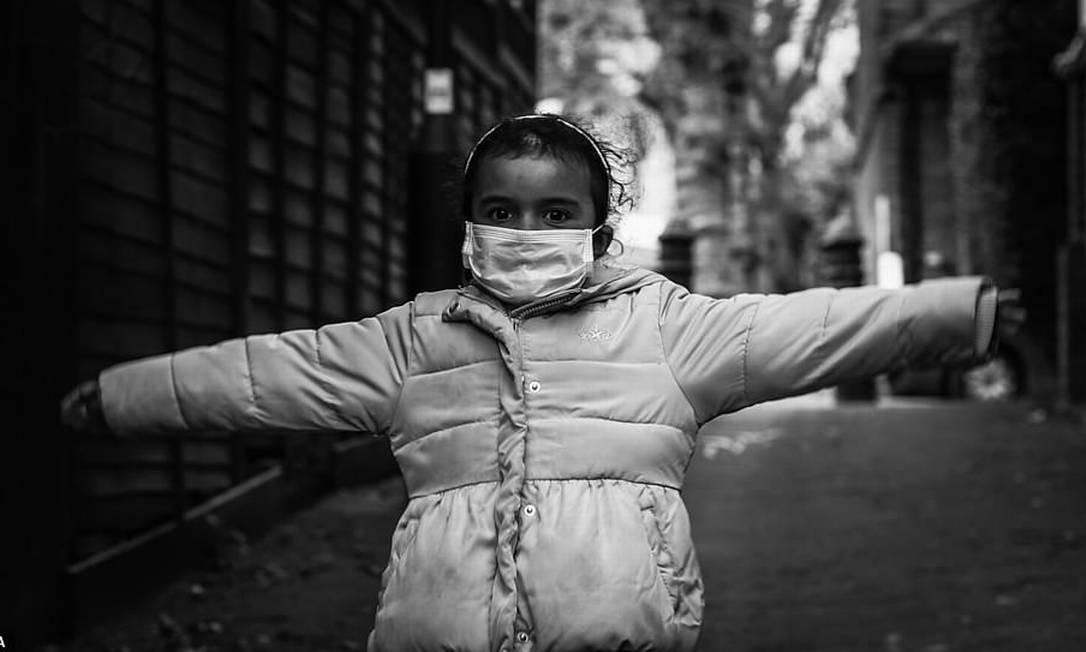 O Hold Still tem como objetivo criar um retrato coletivo de bloqueio no Reino Unido, capturando o espírito, humor, esperanças, medos e sentimentos do país, à medida que o surto de coronavírus continua. Na foto, 'We are the Future' de Daisy Valencia Foto: Reprodução