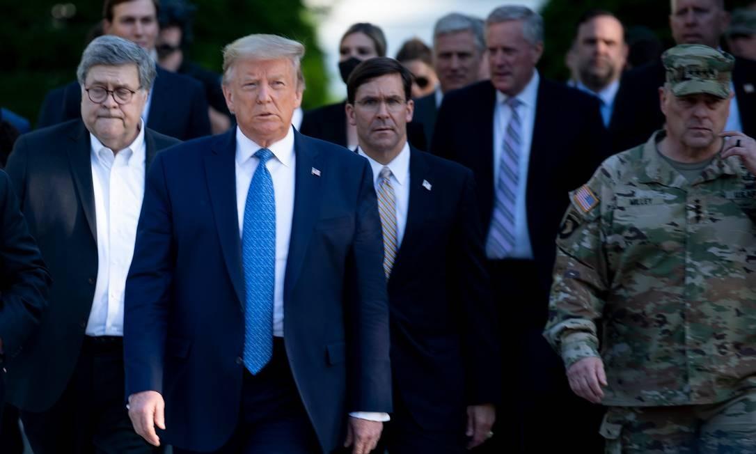 Milley aparece à direita na foto no dia em que Trump mandou dissolver uma manifestação para posar em uma igreja perto da Casa Branca Foto: BRENDAN SMIALOWSKI / AFP/1-6-2020