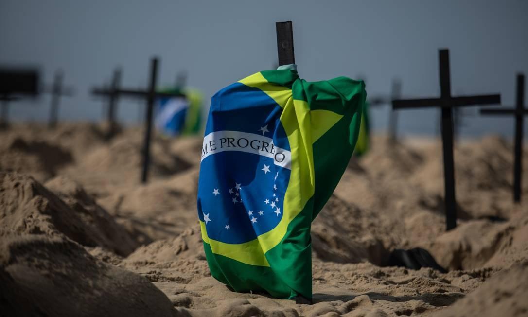 Ato em Copacabana lembra vítimas da pandemia e cobra mais transparência do governo na divulgação de dados Foto: Brenno Carvalho / Agência O Globo