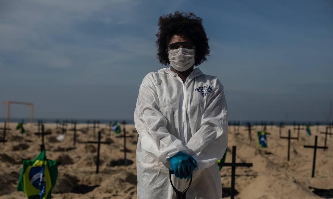 Ativista posa usando equipamento de proteção individual Foto: Brenno Carvalho / Agência O Globo
