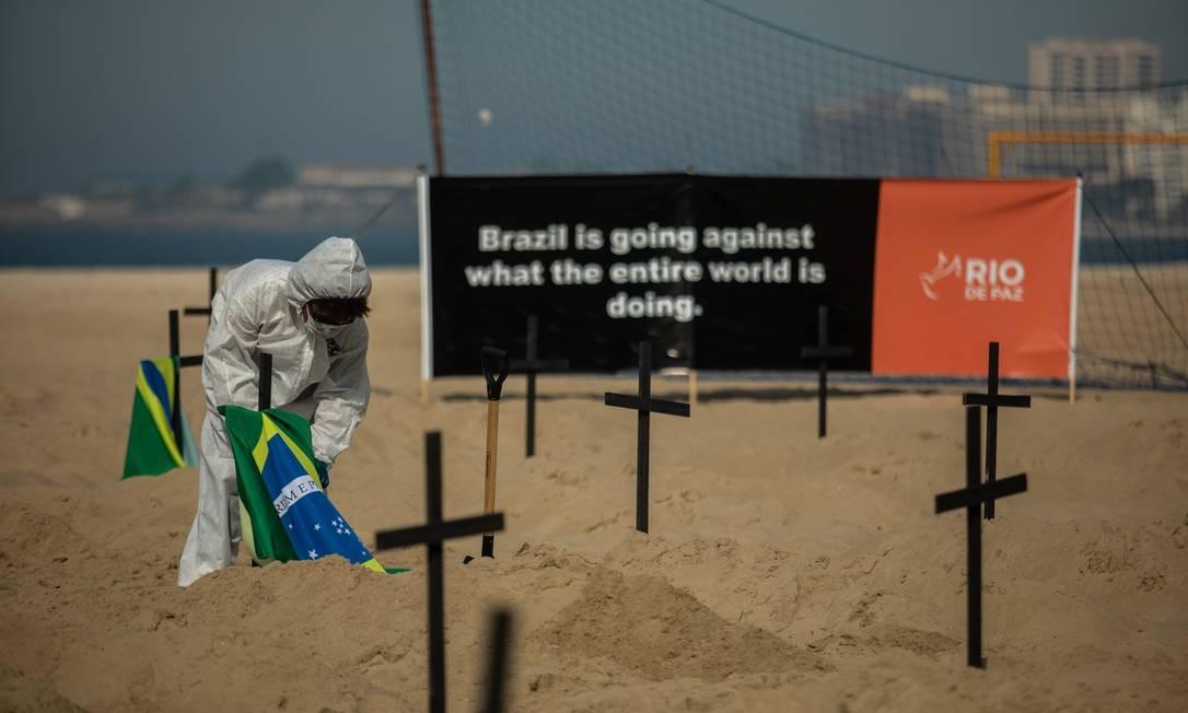 """Em inglês, cartaz alerta: """"o Brasil está indo contra o que o mundo inteiro está fazendo"""", no coombate à pandemia Foto: Brenno Carvalho / Agência O Globo"""