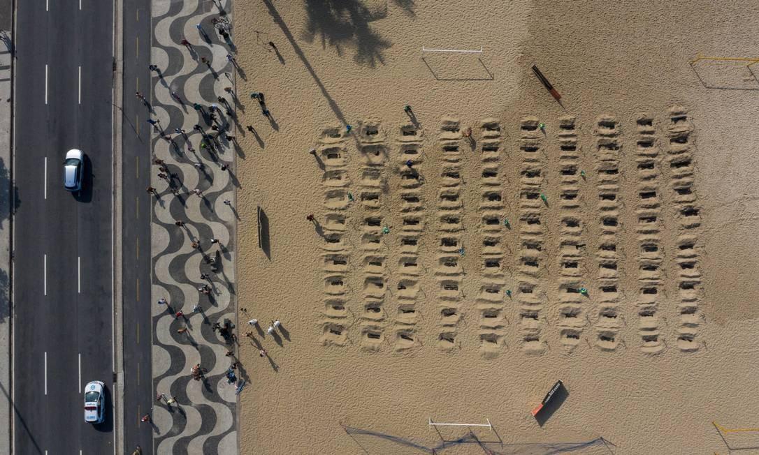 Imagem aérea mostra as 100 covas rasas nas areias de Copacabana, para lembrar as vítimas da Covid-19 e cobrar governantes Foto: Brenno Carvalho / Agência O Globo