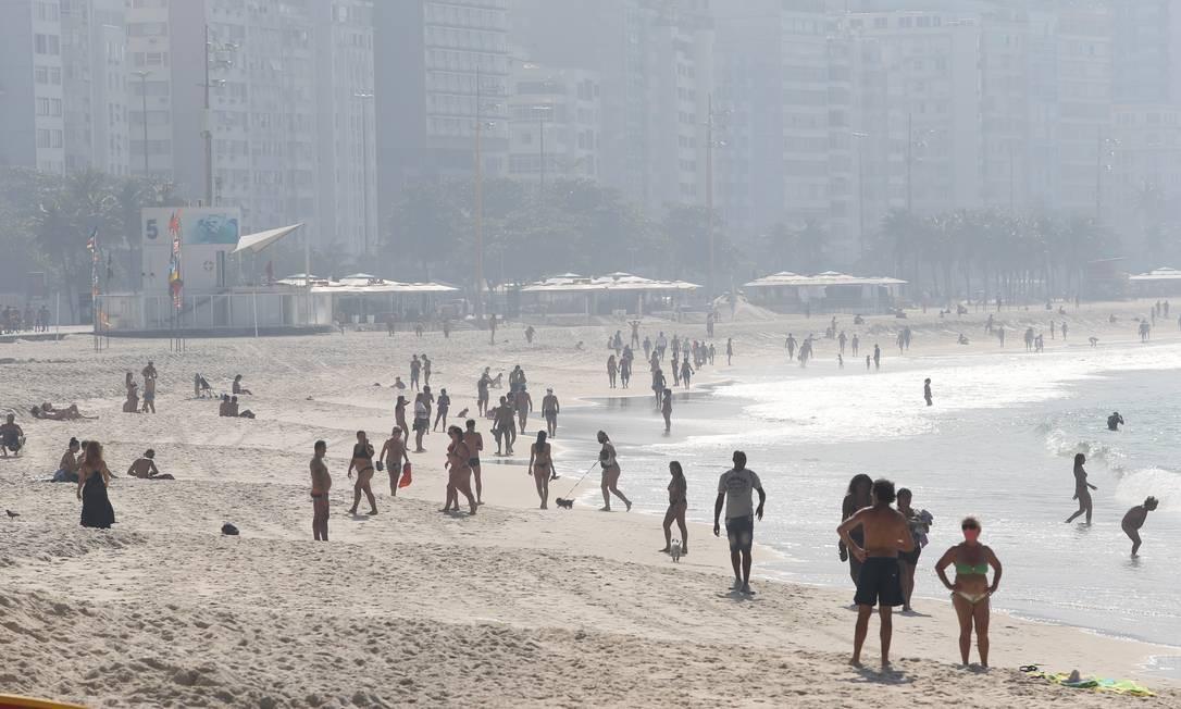 No feriado, pessoas paradas e em grupo nas areias de Copacabana, o que está proibido no plano da prefeitura Foto: Pedro Teixeira / Agência O Globo
