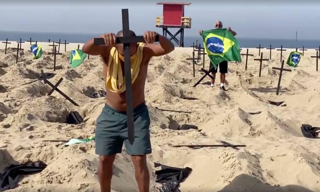 Márcio, pai de vítima do coronavírus, recoloca cruzes arrancadas por homens de protesto em memória dos que morreram em função da Covid-19 em Copacabana: 'Desrespeito' Foto: Reprodução