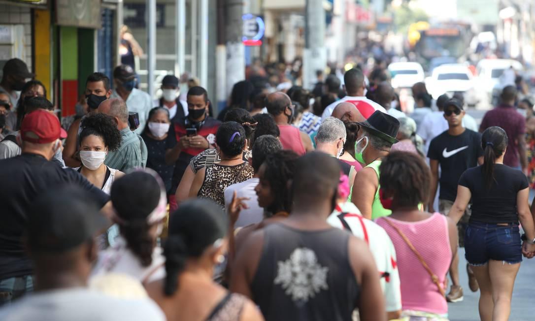 Aglomeração de pessoas no Centro de São João de Meriti: brasileiros seguem entrando em contato com o vírus Foto: Pedro Teixeira / Agência O Globo