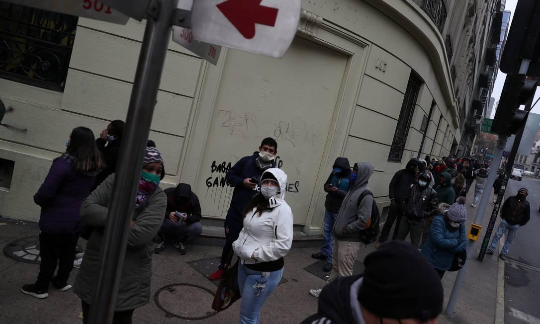 Desemoregados aguardam para dar entrada no pedido de seguro em escritório do governo em Santiago Foto: IVAN ALVARADO / REUTERS