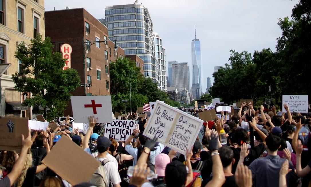 Manifestantes durante protesto contra o racismo em Nova York Foto: EDUARDO MUNOZ / REUTERS