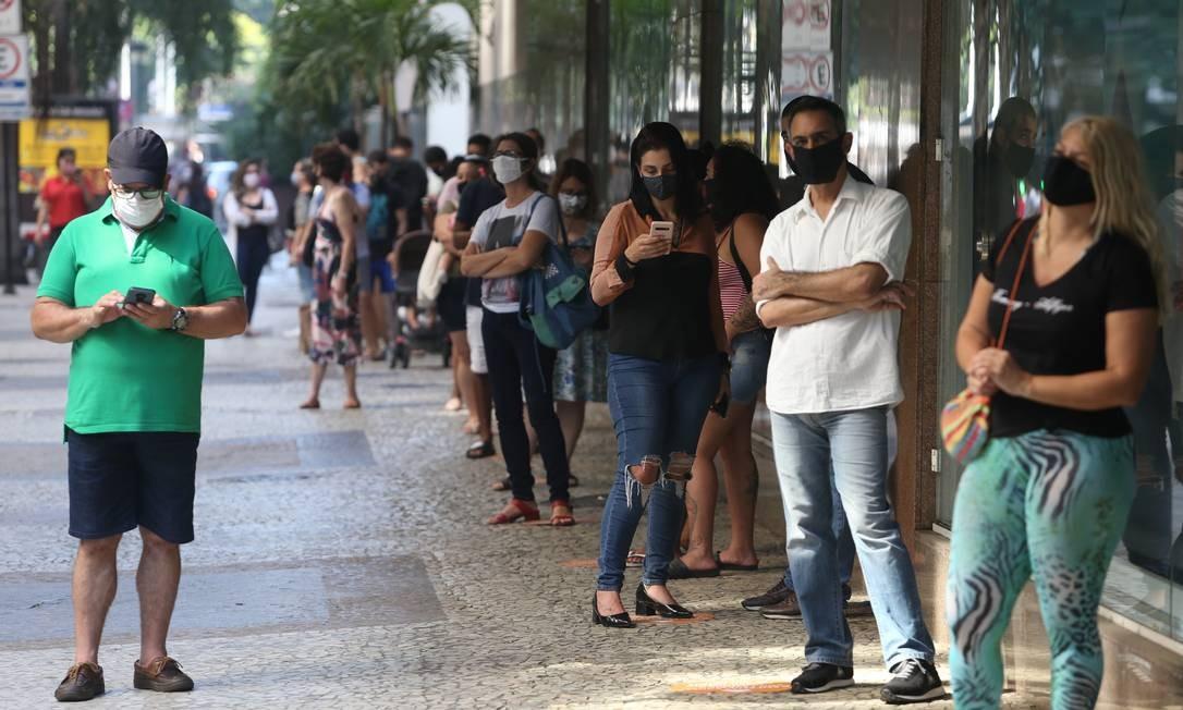Fila para entrar no Botafogo Praia Shopping na última quinta-feira Foto: Pedro Teixeira / Agência O Globo