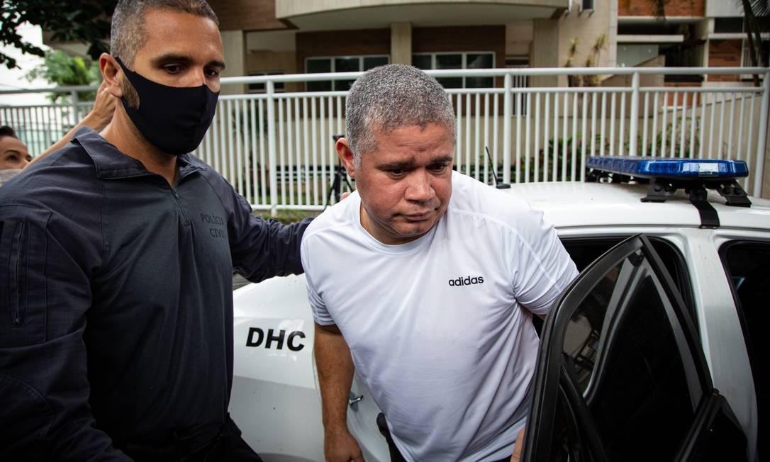 Suel, nesta quarta-feira pela manhã, quando foi preso em casa, na Barra da Tijuca, por policiais civis e promotores do MPRJ Foto: Hermes de Paula / Agência O Globo