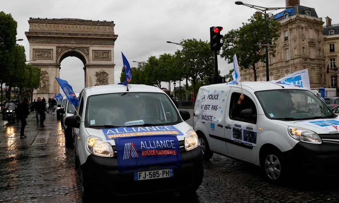 Passeata de policiais em Paris, na avenida Champs Élysées Foto: THOMAS SAMSON / AFP
