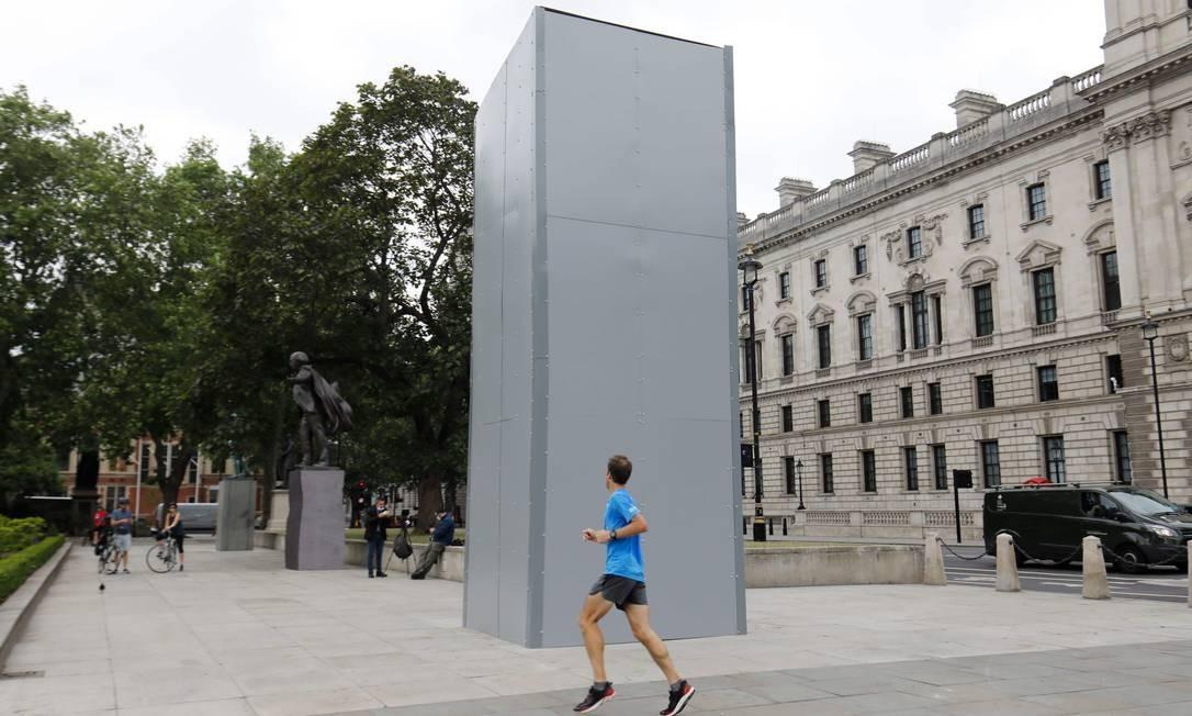 Estátua do ex-primeiro-ministro Winston Churchill em Londres foi coberta Foto: TOLGA AKMEN / AFP