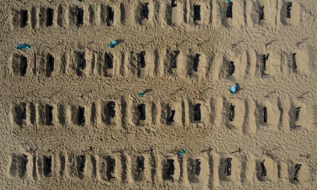 ONG simula abertura de covas na areia da praia de Copacabana em protesto contra ações do governo diante da pandemia da Covid-19 Foto: BRENNO CARVALHO / Agência O Globo