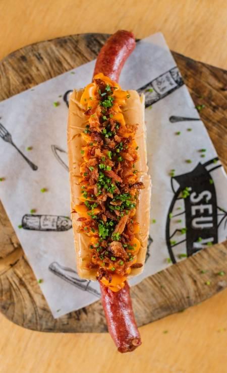O Seu Vidal tem o Hot Dog de Linguiça (R$25), linguiça suína no pão brioche, com bacon e cheddar. Pedidos pelo iFood e Uber Eats de terça a domingo. Foto: Divulgação / Alex Woloch