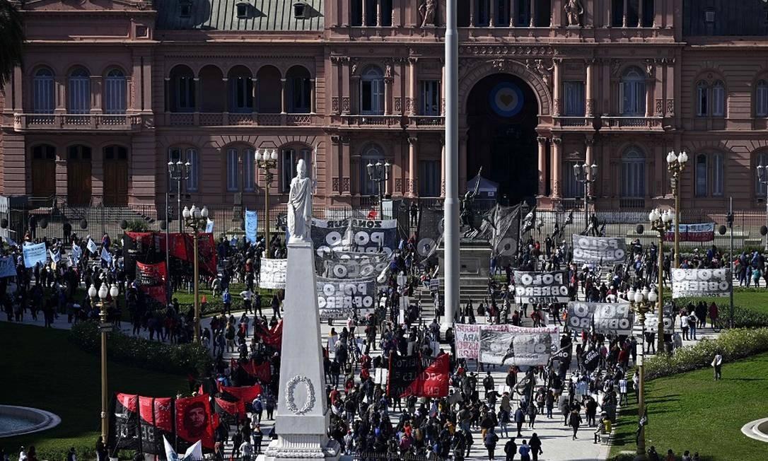 Protestos contra crise do coronavírus diante da Casa Rosada, sede do governo argentino, em Buenos Aires. Foto: JUAN MABROMATA / AFP