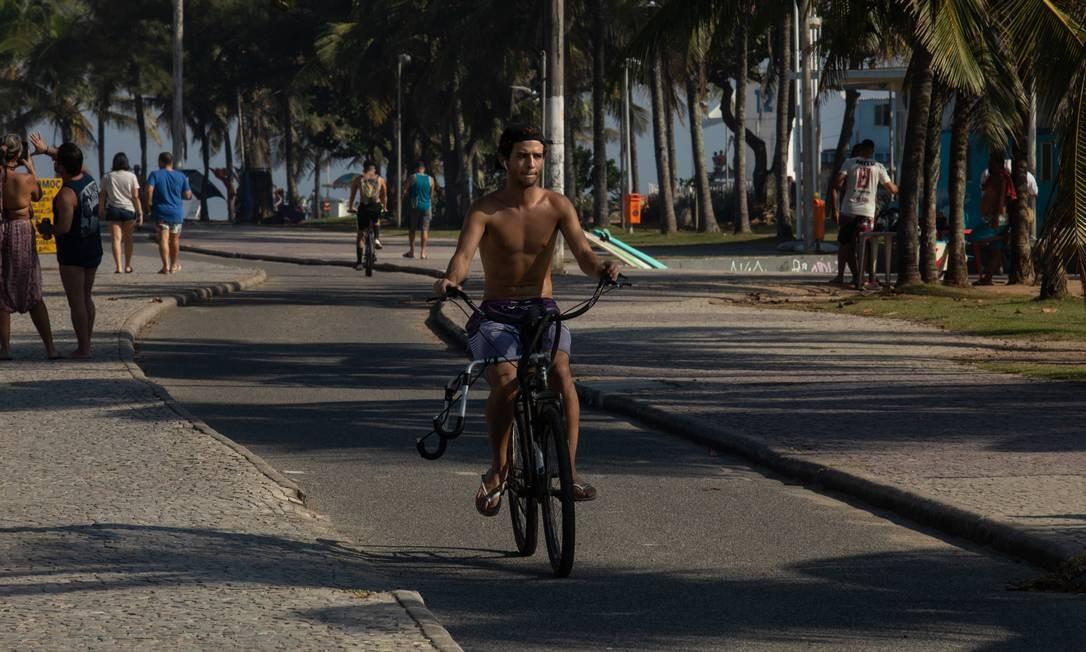 Ciclista passeia sem máscara pela ciclovia na Praia do Recreio Foto: BRENNO CARVALHO / Agência O Globo