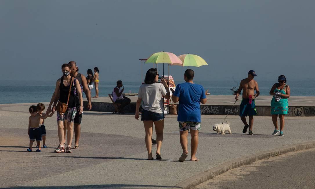 Movimentação se repete nos calçadões. Muitas pessoas são vistas sem obedecer o uso obrigatório da máscara Foto: BRENNO CARVALHO / Agência O Globo