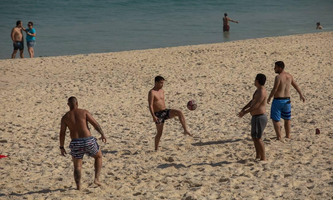 Esportes coletivos seguem sendo praticados, apesar de proibidos Foto: BRENNO CARVALHO / Agência O Globo