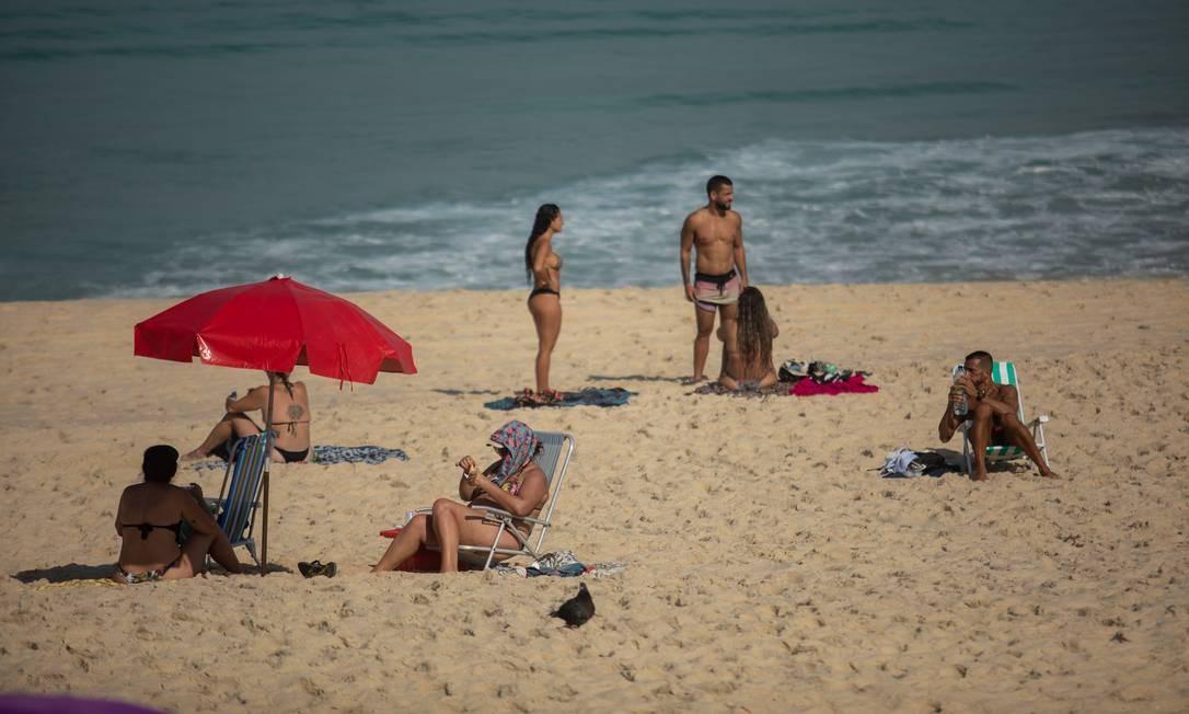 Praia da Barra também esteve movimentada na manhã desta sexta-feira, Dia dos Namorados Foto: BRENNO CARVALHO / Agência O Globo