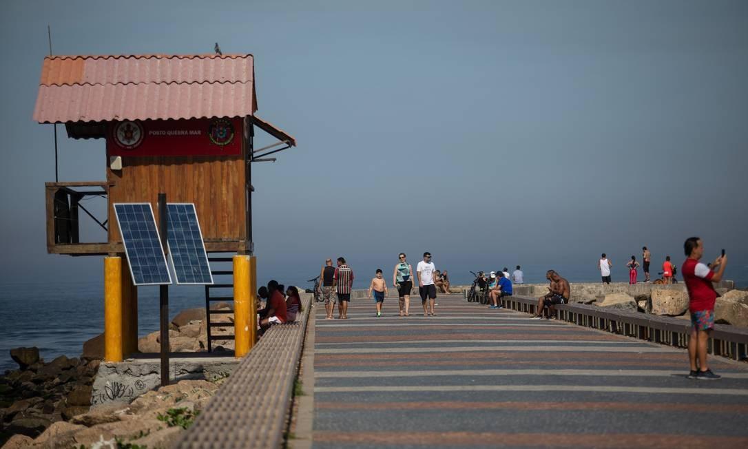 Pier da Barra: pequenas aglomerações e muitas pessoas sem máscara Foto: BRENNO CARVALHO / Agência O Globo