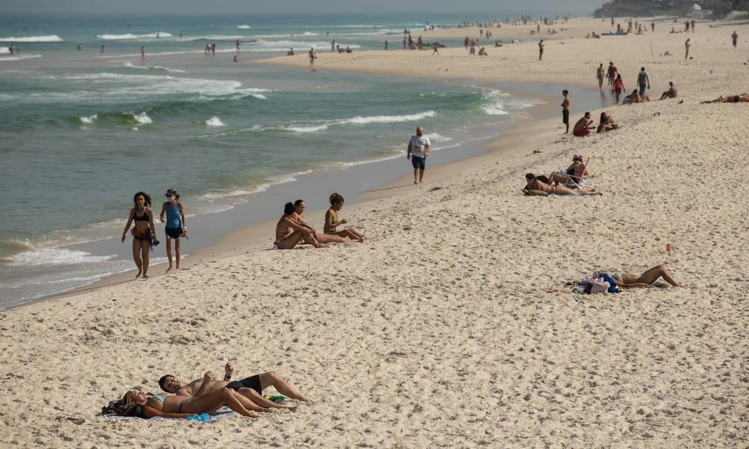 Banhistas aproveitam o mar e o sol forte na Praia da Barra Foto: BRENNO CARVALHO / Agência O Globo