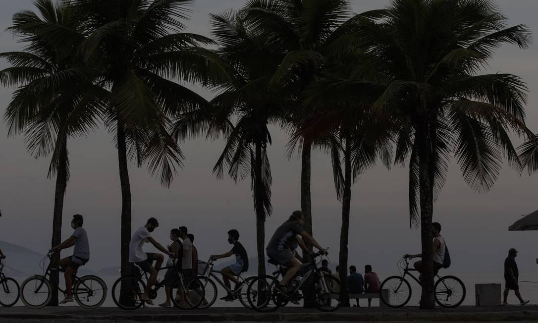 Movimentação no calçadão de Ipanema. Afrouxamento do isolamento social no Rio é considerado precoce pelo especialistas Foto: Alexandre Cassiano / Agência O Globo