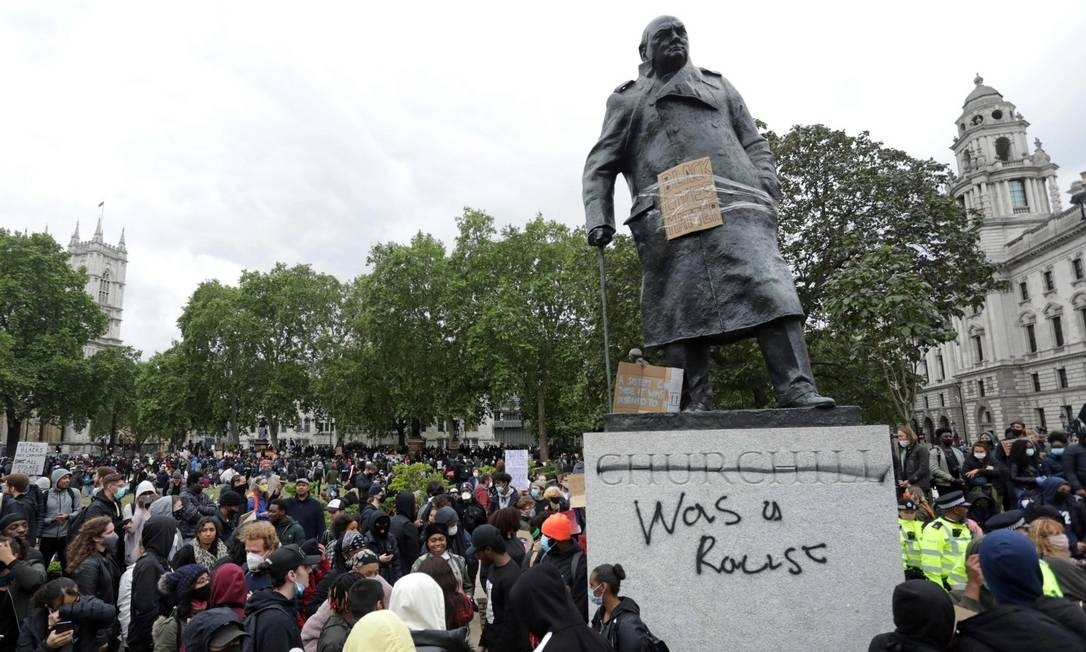 """Em Londres, manifestantes escreveram """"era racista"""" em estátua do ex-premier Winston Churchill Foto: ISABEL INFANTES / AFP / 7-6-2020"""