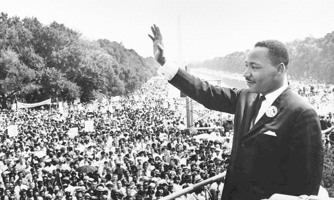 """Martin Luther King Jr. acena para a multidão no Lincoln Memorial, em Washington DC, no dia em que fez seu histórico discurso """"I have a dream"""", em 28 de agosto de 1963 Foto: Reprodução"""