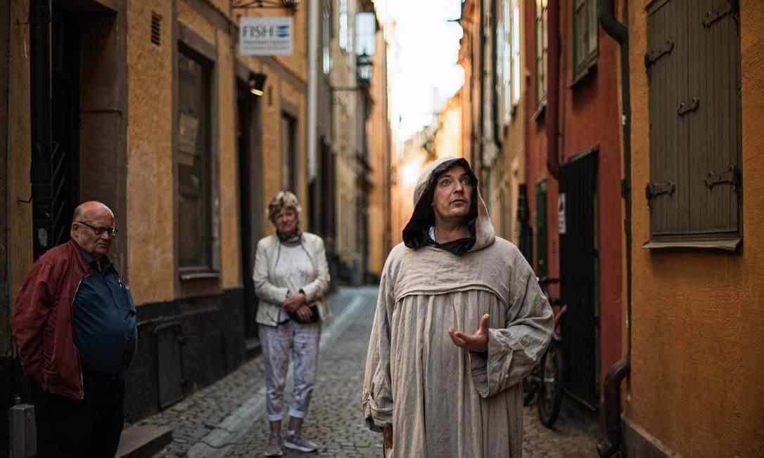O guia Mike Anderson conta histórias das doenças, como a peste negre a o cólera, que atingiram a capital sueca no passado Foto: JONATHAN NACKSTRAND / AFP