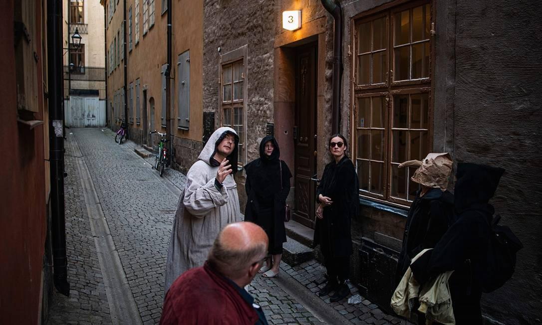 Durante o passeio guiado, Mike Anderson fala como grandes epidemias no passado, de doenças como a peste negra e o cólera, atingiram fortemente Estocolmo entre os séculis XIV e XVIII Foto: JONATHAN NACKSTRAND / AFP