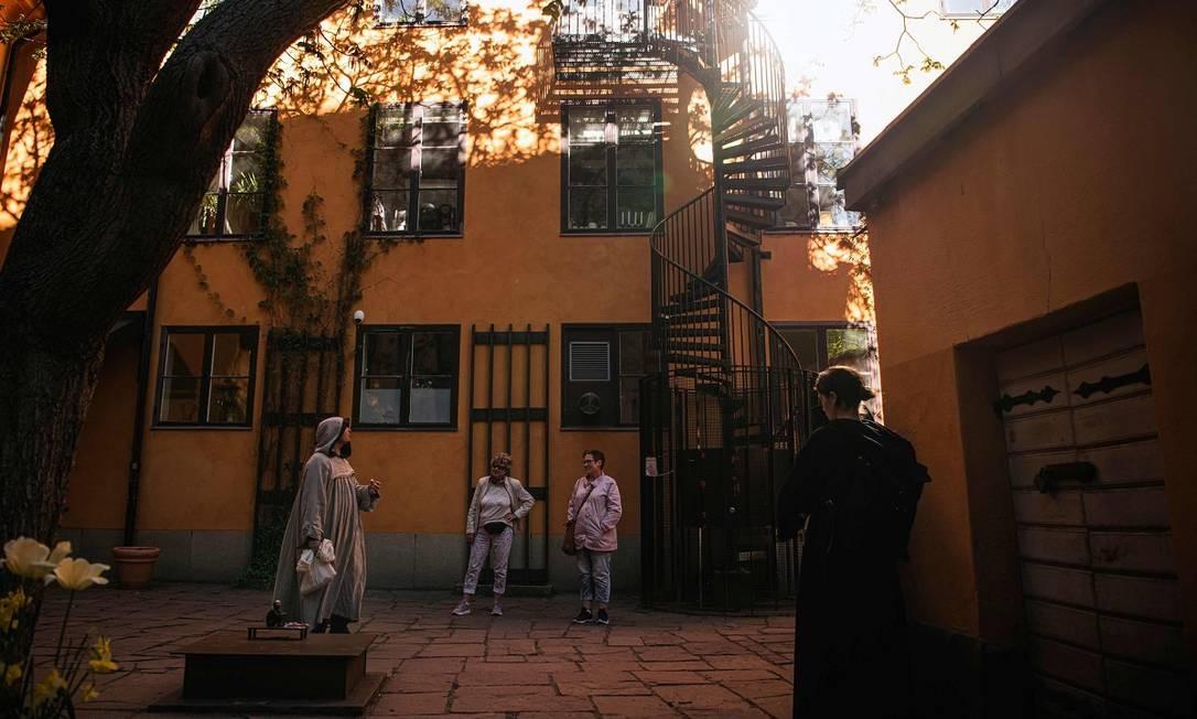 O guia Mike Anderson, vestido como monge medieval, leva seu grupo a cantos escondidos do centro histórico de Estocolmo Foto: JONATHAN NACKSTRAND / AFP