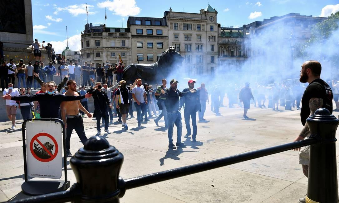 Manifestantes nacionalistas e contra o racismo entram em confronto na Trafalgar Square, em Londres Foto: DYLAN MARTINEZ / REUTERS
