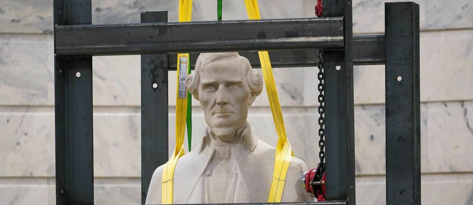 Estátua de Jefferson Davis, presidente dos Estados Confederados, que se opunham ao fim da escravidão na Guerra Civil Americana, é removida do Capitólio, a sede do Congresso em Washington Foto: BRYAN WOOLSTON / REUTERS