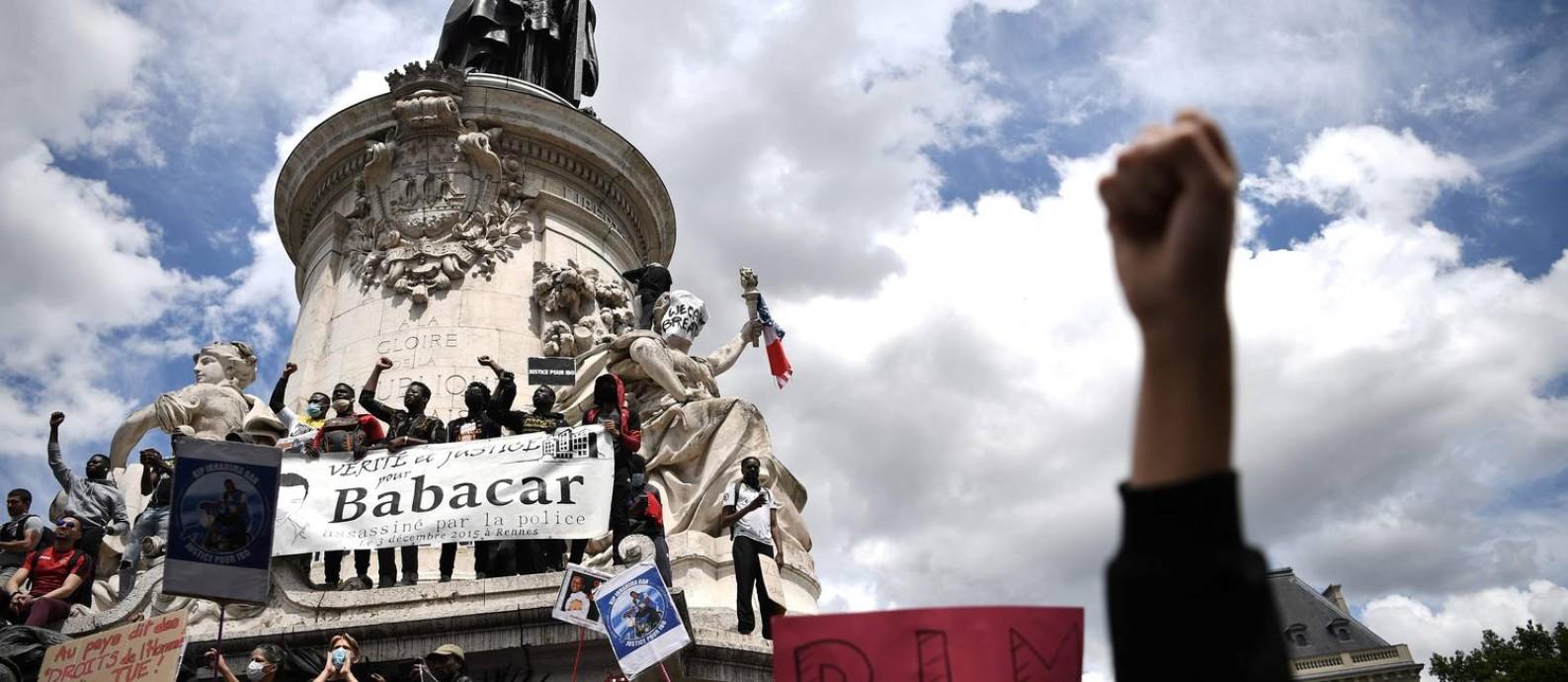 Manifestantes na Praça da República, em Paris, no sábado, pedem justiça para Babacar Gueye, imigrante senegalês morto pela polícia em Rennes em 2015 Foto: ANNE-CHRISTINE POUJOULAT / AFP