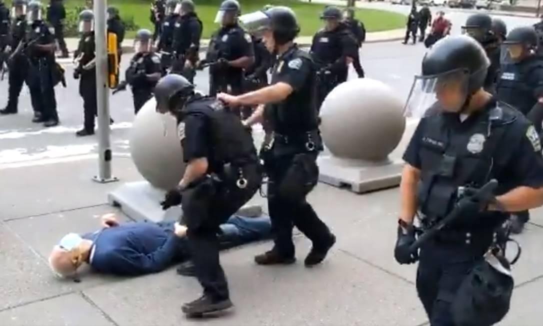 Policiais empurram manifestante de 75 anos durante protesto em Bufallo, no estado de Nova York, em 4 de junho; dois agentes foram processados por agressão Foto: REPRODUÇÃO DE VÍDEO / AFP/4-6-2020