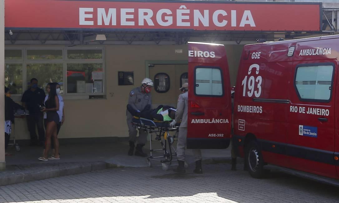 Agentes chegaram no hospital em macas Foto: FABIANO ROCHA / Agência O Globo
