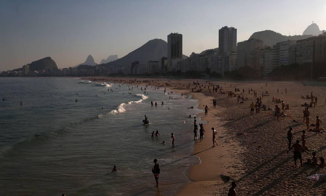 Praia de Copacabana movimentada durante pandemia da Covid-19 Foto: PILAR OLIVARES / REUTERS