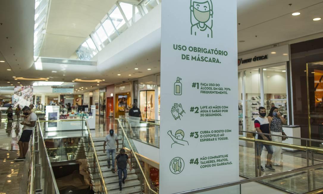 Sinalização em shopping após decreto de flexibilização da quarentena no Estado do Rio Foto: Guito Moreto / Agência O Globo
