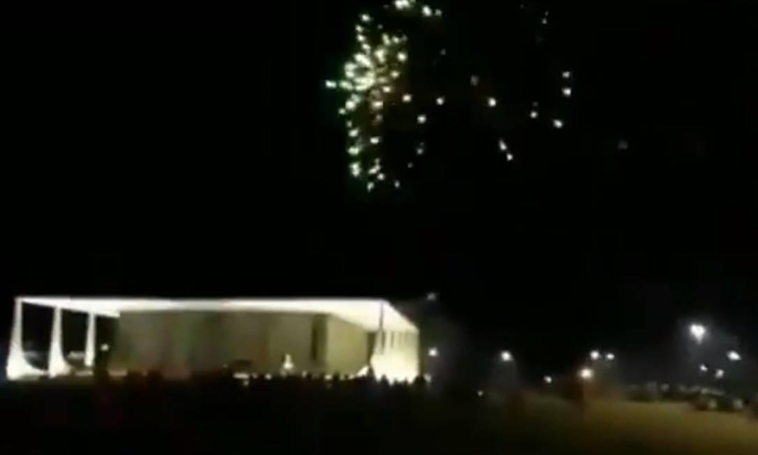 Manifestantes soltam fogos de artifício próximo ao STF Foto: Reprodução/Twitter