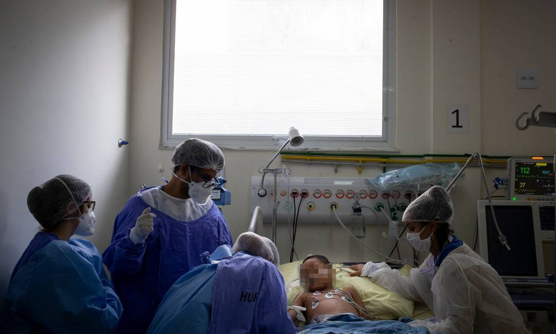 Médicos atendem Noah, de 6 anos, em uma das poucas UTIs infantis especializadas no combate à Covid-19 do país, localizada no Hospital Universitário Pedro Ernesto, na cidade do Rio Foto: Márcia Foletto
