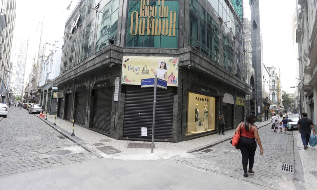 Comércio fechado na Rua Uruguaiana, no Centro do Rio Foto: Domingos Peixoto / Agência O Globo